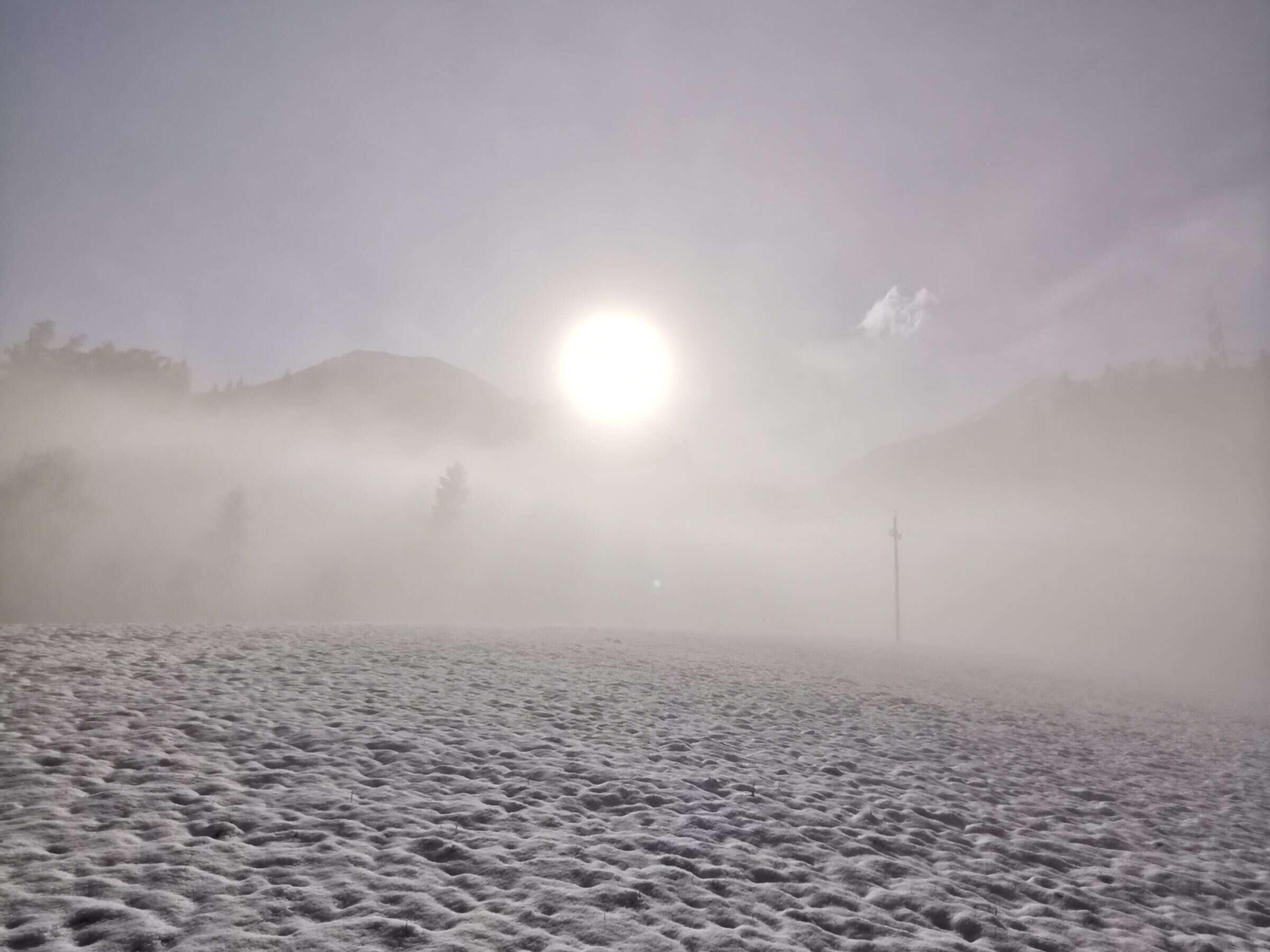 Sonne bricht durch Nebel